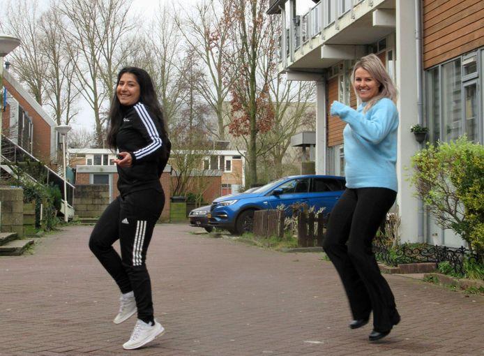 Samira Yousofi (Gemeente Zoetermeer) en Nikki van Driel (CKC) doen de Jerusalema op straat in Zoetermeer.