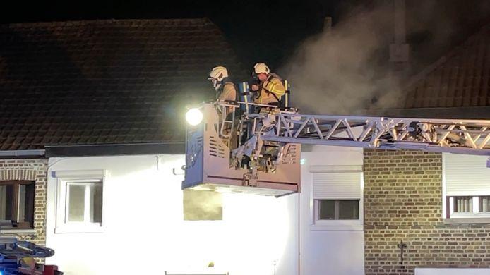 De zware brand ontstond achteraan een woning, in de keuken. De brand was uitslaand en zorgde voor hevige rookontwikkeling.