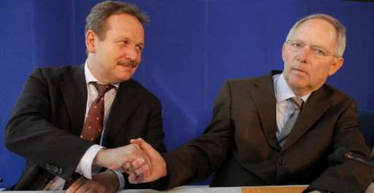 Frank Bsirske (l) schudt de hand van minister Wolfgang Schaeuble (r).