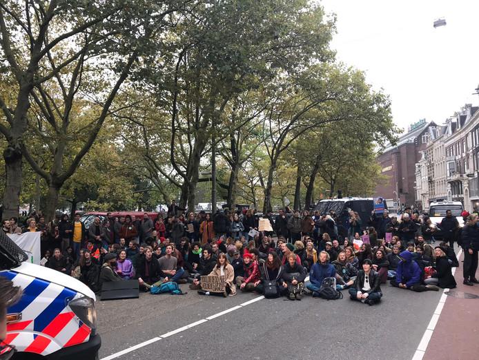 De demonstranten organiseerden maandag een tweede blokkade nadat de eerste door de politie werd verwijderd.