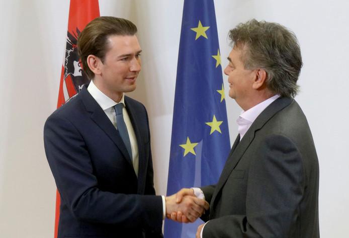 De leider van de conservatieve ÖVP Sebastian Kurz (links) schudt de hand van Werner Kogler, leider van de Groenen. De twee zijn het eens over coalitievorming in Oostenrijk.