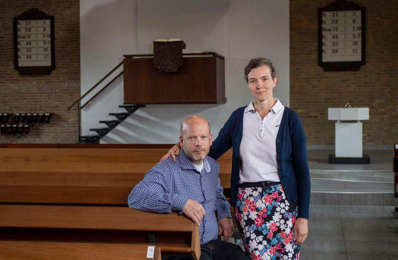 Verpleegkundige Anja Stigter met haar vriend Gerwin Schinkel in de Bethlehemkerk in Woerden. Corona dwong Stigter haar standpunt over vaccinatie opnieuw te overwegen.