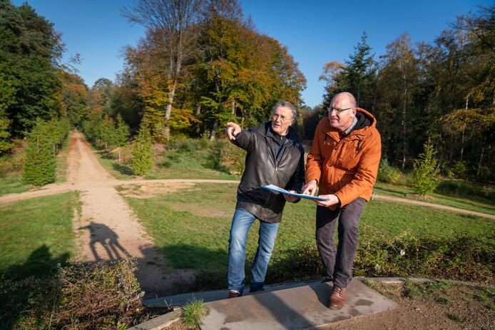 Gerrit Pleijter (rechts) samen met ontwerper Ruud-Jan Kokke op de Koningsberg in Rozendaal.