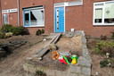 Bloemen en knuffels voor de woning in 's-Heerenberg waar in achtertuin maandag een babylijkje is gevonden.
