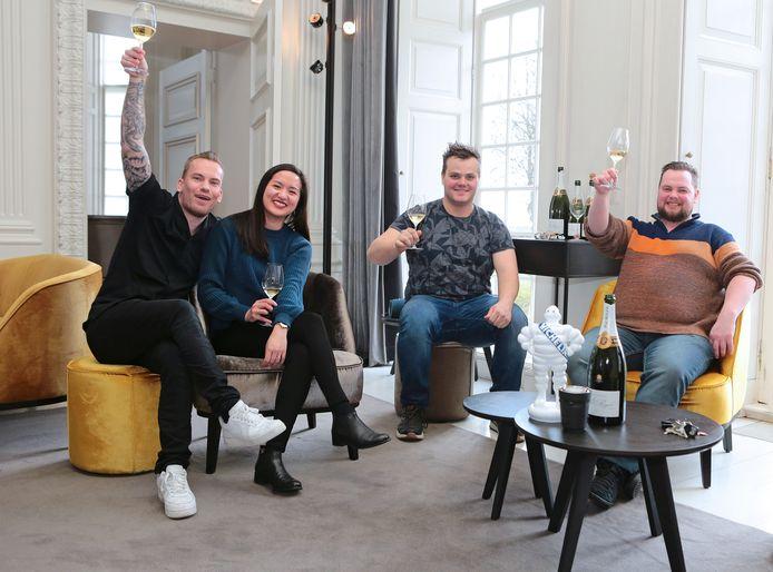 Chef-kok Ollie Schuiling (links) van restaurant Kasteel Heemstede viert met een gedeelte van zijn personeel de Michelinster.