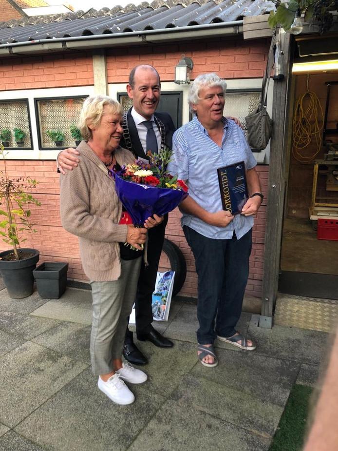 Burgemeester Sander Schelberg (midden) reikte de Hengelose Nijverbij uit aan René ter Elst.
