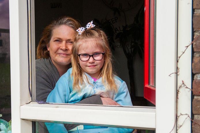 Mandy Ram en haar dochtertje Jolie (6 jaar) krijgen een tablet van Gouda zodat Jolie mee kan doen met haar digitale schoollessen.