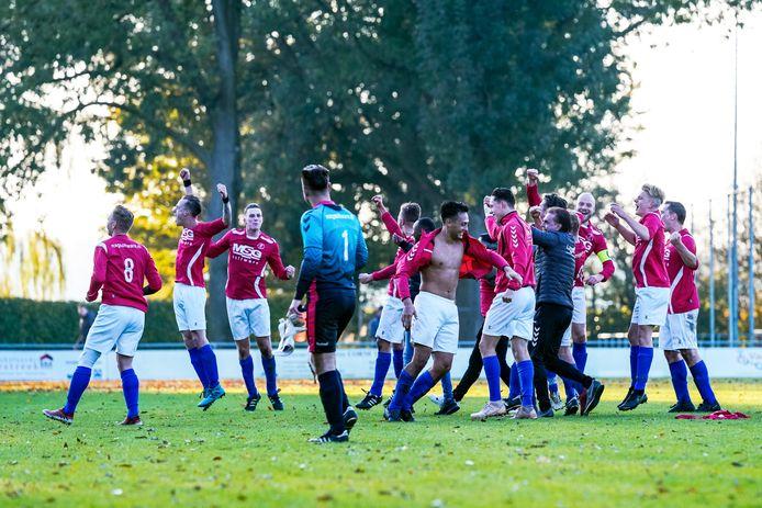 De spelers van Right 'Oh vieren de eerste overwinning ooit op het veld van RFC, de fusieclub die in 2017 werd opgericht.