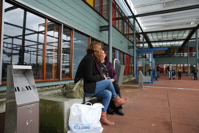 Op het terrein van het Deventer Ziekenhuis mag momenteel alleen worden gerookt op drie zogenoemde rookgedoogzones: in een rookhokje op het voorplein, op een aangewezen deel van het dakterras en in een speciale afgesloten ruimte in de parkeergarage. Er gaan stemmen op in het ziekenhuis om het roken volledig te verbieden. Foto Ronny te Wechel