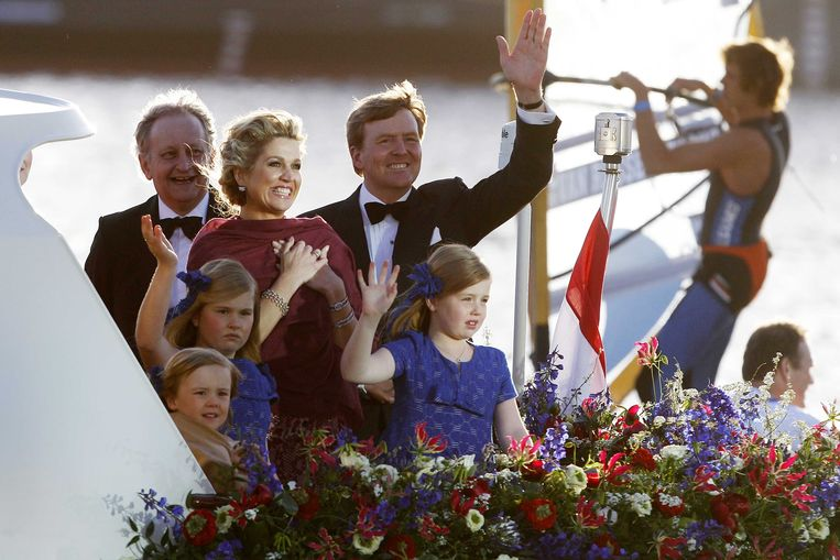 Koning Willem-Alexander en zijn gezin maken na de inhuldiging een vaartocht over Het IJ. Op de achtergrond windsurfer Dorian van Rijsselberghe. Beeld Bas Czerwinski / ANP