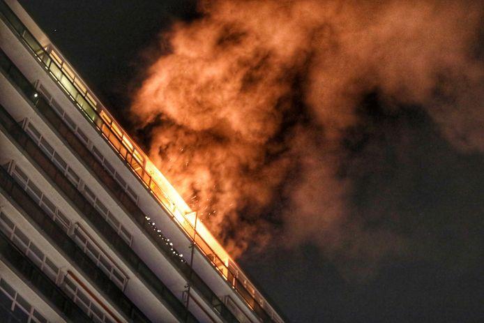 Twaalf hoog sloegen de vlammen uit de Zeister flatwoning.