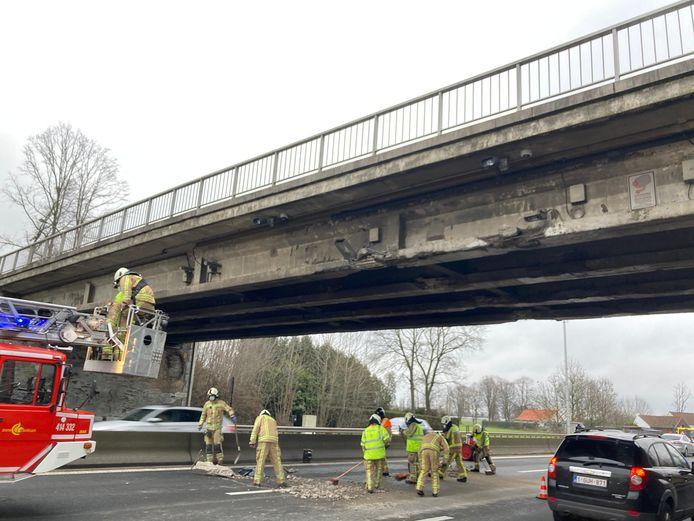 De vrachtwagen knalde met een te hoge lading tegen de brug