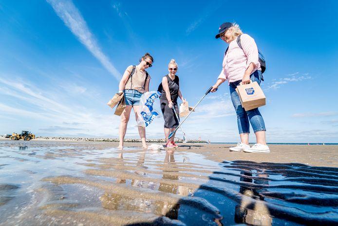 Actie om peuken en ander vuil van het strand te halen.