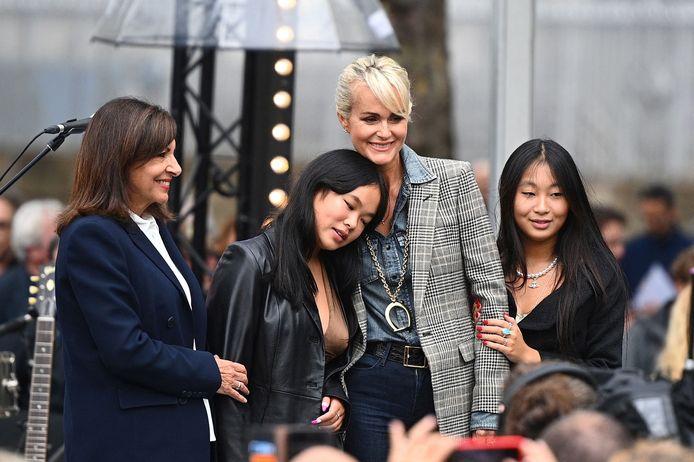 Laeticia Hallyday, ses filles Jade et Joy, et la maire de Paris Anne Hidalgo.