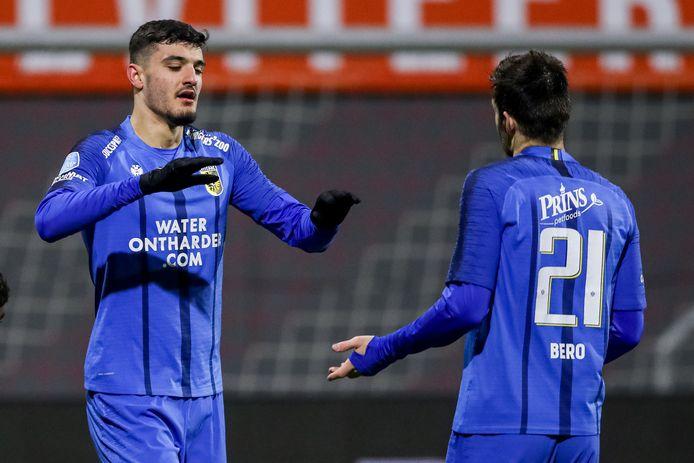 Armando Broja viert zijn treffer voor Vitesse in Emmen met Matúš Bero.