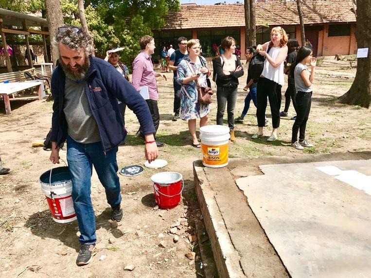 Ook Van Cauteren steekt de handen uit de mouwen in Kathmandu: 'Ik wil niet boven mijn medewerkers staan, maar tussen hen in.' Beeld rv Ben Van Alboom
