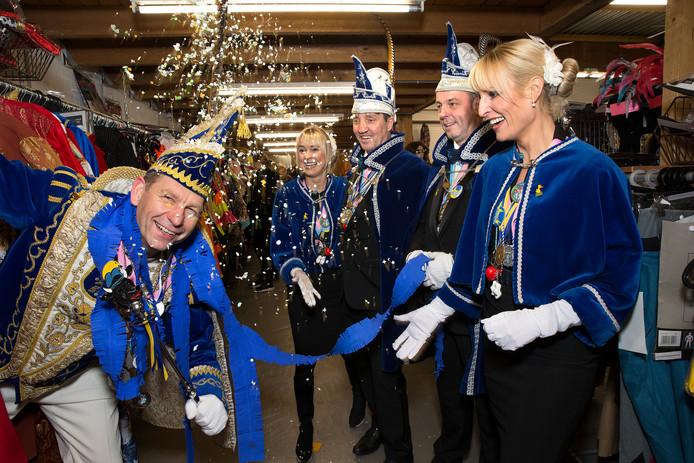 Prins Henk de 2e (links) is druk met het carnaval in Doetinchem. Vanaf volgende week gaat de aandacht weer uit naar vv Zelhem .