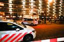De politie zette de plek van het incident af, vlak nadat voor deze flat aan de Nicolaas Beetstraat een 22-jarige Alblasserdammer werd neergeschoten.