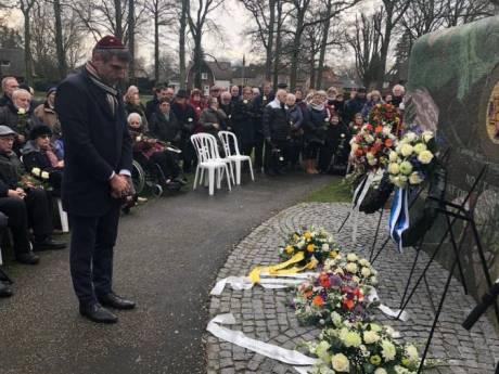 Staatssecretaris Blokhuis bij herdenking in Apeldoorn: 'Haat is dichterbij dan ons lief is'