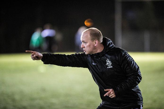 Tom Vrenken in actie als trainer van FC Gelre.