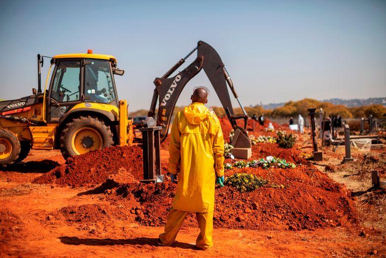 Op een kerkhof in Johannesburg, Zuid-Afrika, worden graven gedelfd voor coronaslachtoffers.Collier waarschuwt voor 'de vreselijke economische gevolgen' van de pandemie. Beeld AFP