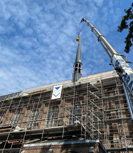 """Stunt- en vliegwerk om torenspits van Groot Begijnhof te herstellen. """"Elke leisteen apart controleren vanuit een bakje aan een kraan"""""""