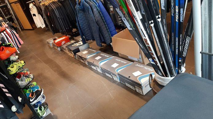 De dozen met schaatsen liggen klaar bij Knuvers Sport