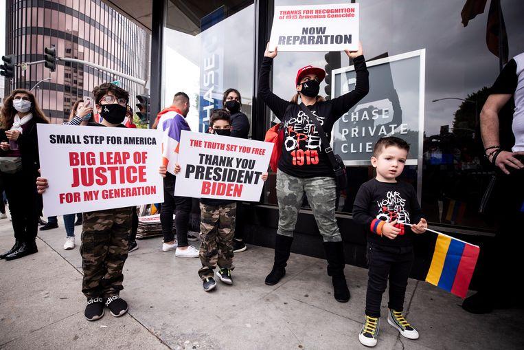 'Bedankt, president Biden.' Ook in Los Angeles gingen zaterdag Armeniërs de straat op. Beeld EPA