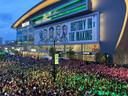 Duizenden Bucks-fans volgden de eerste wedstrijd in de NBA finale op een groot scherm bij het eigen Fiserv Forum.