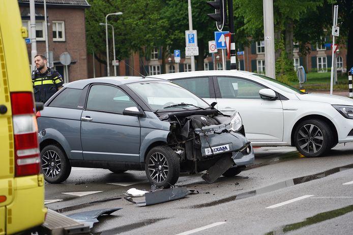Botsing tussen auto en brommobiel in Tilburg.