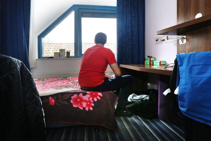 Een van de 126 kamertjes in het voormalige hotel Port of Moerdijk waar tegenwoordig arbeidsmigranten zijn gehuisvest. Een aantal migranten klaagt over de slechte hygiëne en de hoge huursom die ze moeten betalen.