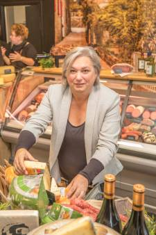 Sabina Mulders huilt tranen van geluk bij heropening van Kaeswienkeltje Potter in Tholen