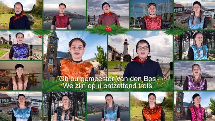 Musicalschool Urk verrast burgemeester Cees van den Bos met een loflied