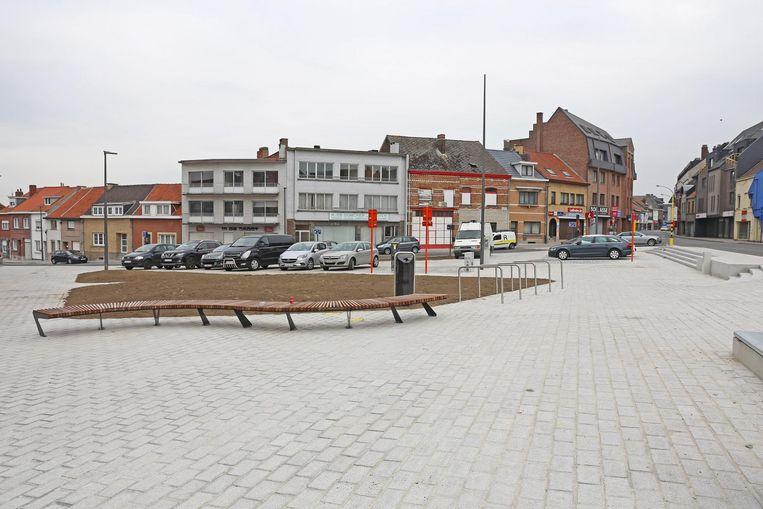 Het gemeentebestuur vernieuwde in de voorbije legislatuur tal van pleintjes. De pleintjes werden fraaier maar tellen vaak minder parkeerplaatsen, zoals hier aan de Koensborre.
