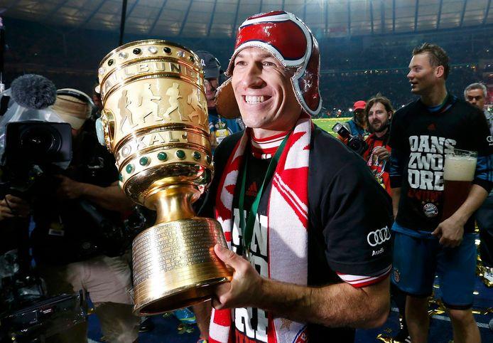 Arjen Robben viert de winst van de DFB Pokal.