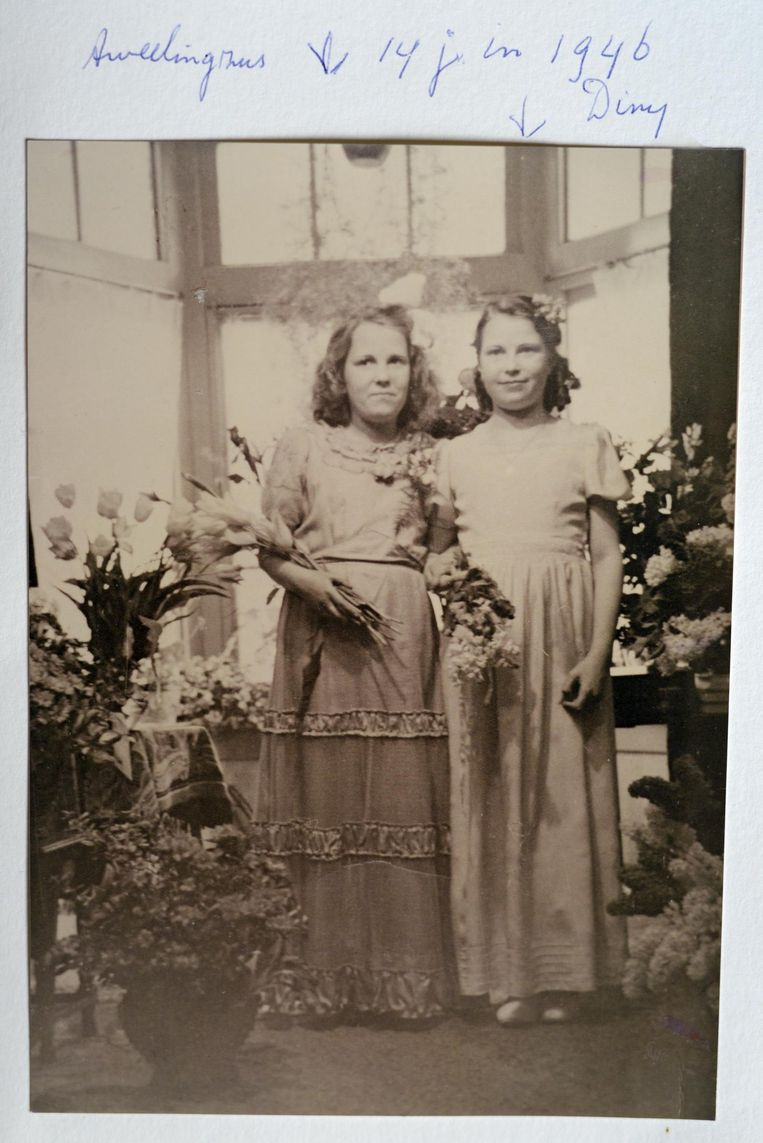 Gerda (links) en Diny Voskuijl op de bruiloft van zus Bep in 1946. Beeld Familiealbum Voskuijl