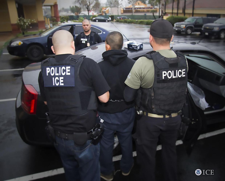 Politie-agenten van de ICE arresteren een vermeende illegale immigrant.