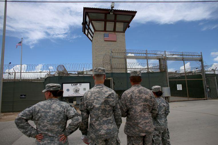 Soldaten staan voor Camp VI van Guantanamo Bay. Beeld Getty Images