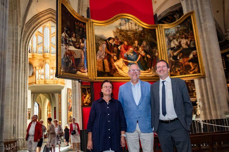Curator Ria Fabri,  gedeputeerde Luk Lemmens en directeur van de kathedraal Christian Devos