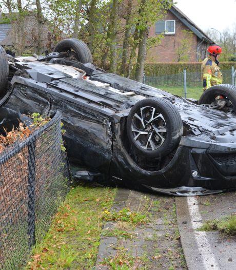 Meerdere gewonden bij ongeval in Chaam, auto komt op dak in tuin terecht