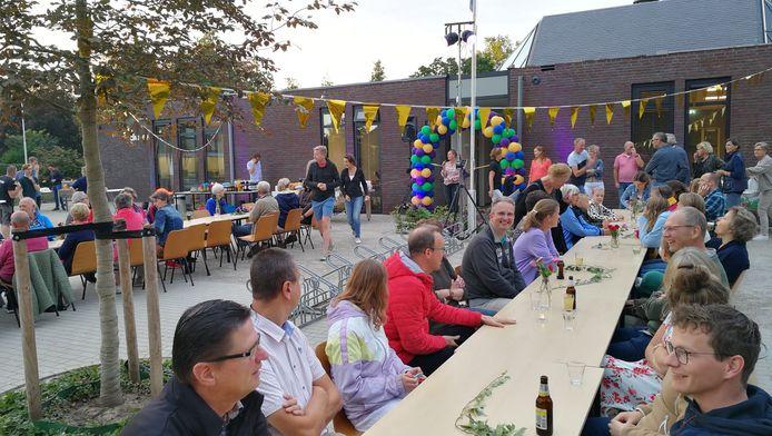 De opening van het nieuwe jeugdhonk van wijkgemeente De Ark uit Ede.
