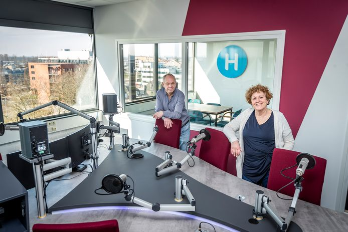 Hoofdredactrice Paula van Hout in de nieuwe radiostudio van Dit is Helmond, samen met oprichter Herbert von Reth