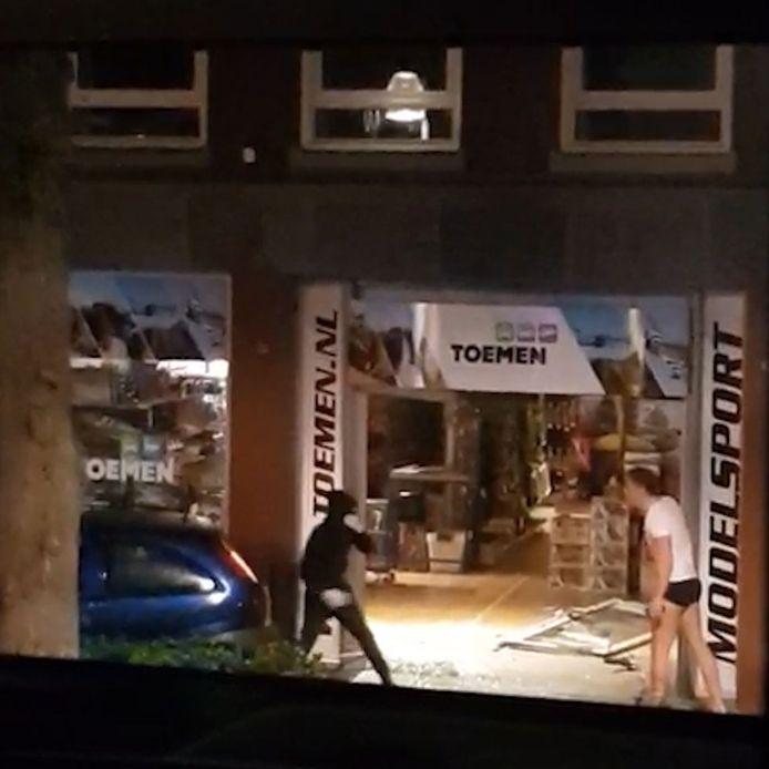 Eigenaar Toemen in onderbroek bij dader ramkraak Oisterwijk.