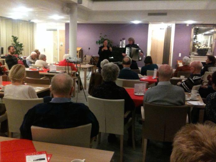 Af en toe staat er ook een stukje muziek op het programma in het Alzheimercafé Berkelland