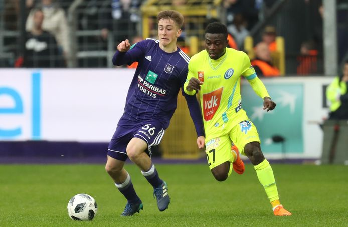 Moses Simon hier in duel met Alexis Saelemaekers.