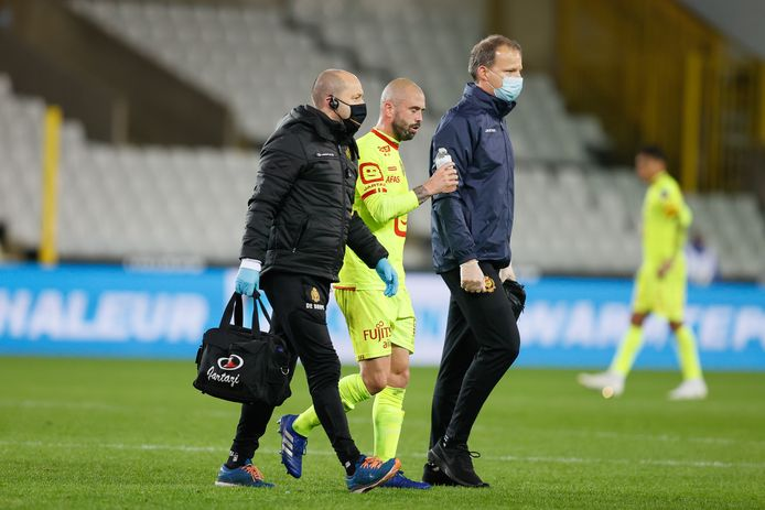 Steven Defour gaat van het veld in Club Brugge - KV Mechelen.