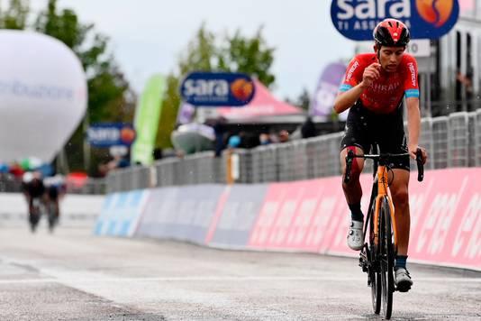 Gino Mäder wint, in de achtergrond zijn achtervolgers.