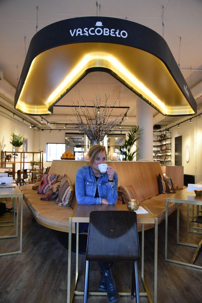 Sam Lasaroms bezoekt voor haar website koffietje.nl honderd koffiebars in dertig dagen. Hier zit ze bij Vascobelo in Eindhoven.