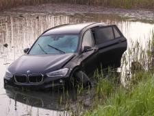 Auto te water in Rosmalen, 17-jarige bestuurder zonder rijbewijs aangehouden