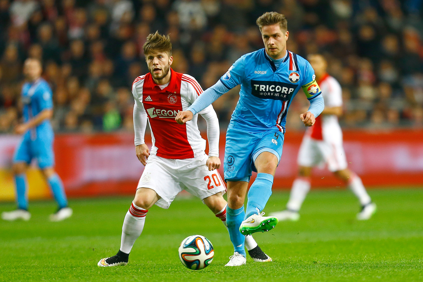 Peters passt de bal voordat Ajax-middenvelder Lasse Schöne erbij kan.